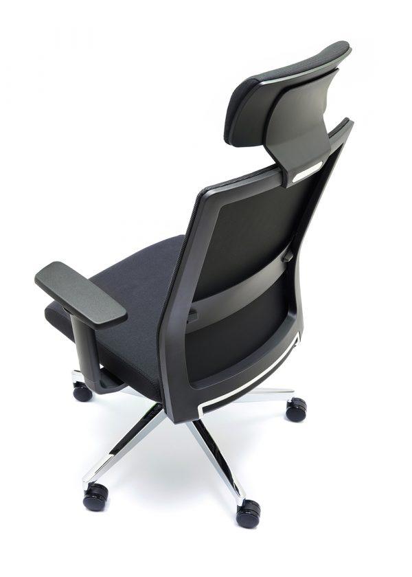 Sillas NIZA B CB con cabecero respaldo negro asiento tapizado en color negro brazos regulables